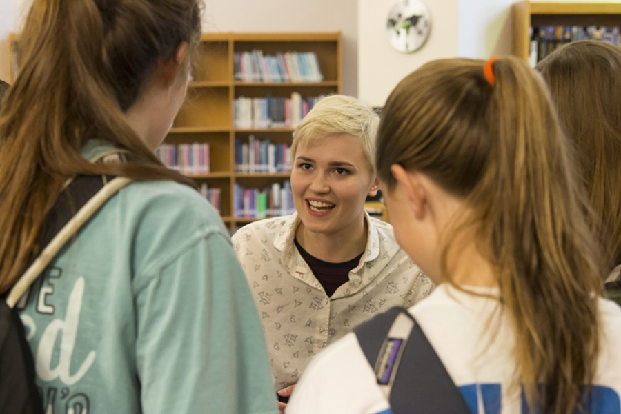 Author Veronica Roth speaks to Westlake students about the movie adaptations of her novels.